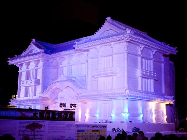 歌舞伎座の大雪像が様々な色に変化
